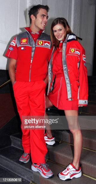 Die ultimative Mode für Ferrari-Fans präsentieren zwei Models auf der Herbst/Winter 99/2000 Show des amerikanischen Designers Tommy Hilfiger am...