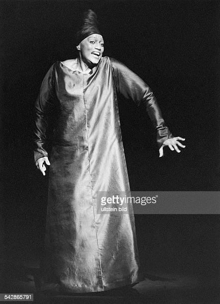 """Die US-amerikanische Sopranistin Jessye Norman als """"Die Frau"""" in Arnold Schönbergs """"Erwartung"""" in einer Inszenierung von Robert Wilson unter..."""