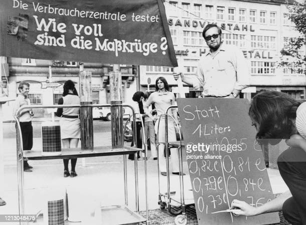 Die Verbraucherzentrale hat bei der Eröffnung des Volksfestes Cannstatter Wasen am in Stuttgart getestet wie voll die Maßkrüge eingeschenkt werden...