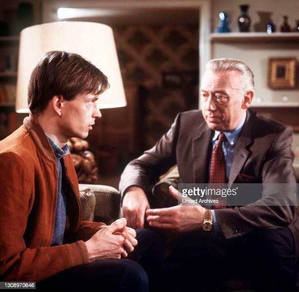 Die Verführung / Oberinspektor Derrick muß diesmal für einen befangenen Kollegen einspringen. Kommissar Wobeck's eigener Sohn war nämlich an einem...