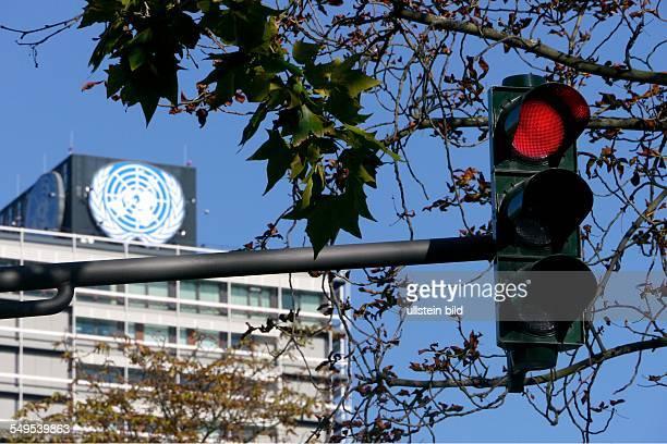 Die Verkehrsampel vor dem Sitz der UNOrganisationen im ehemaligen Abgeordnetenhochaus ' Langer Eugen' in Bonn steht auf Rot