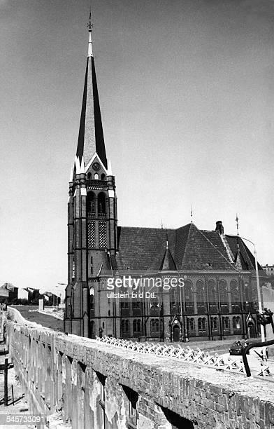 Die 'Versöhnungskirche' jenseits derMauer an der Bernauer Strasse 1969