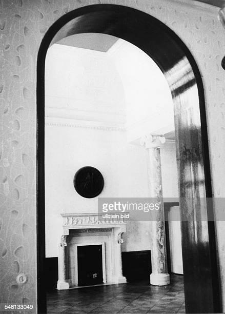 Die Villa am Grossen Wannsee 56 58 zur Zeit der Aufnahme Schullandheim des Bezirks Neukölln Blick zum Kamin in der Halle des Erdgeschosses vor 1975...