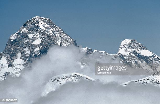 Die von Wolken umwobenen Gipfel des im Garhwal Himalaya gelegenen Nanda Devi des höchsten Berges Indiens Links der 7816 Meter hohe HauptGipfel rechts...