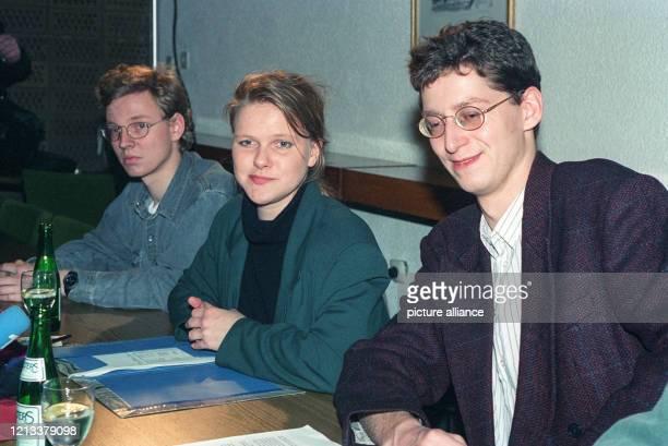 Die Vorsitzende der südhessischen Jungsozialisten, Nina Hauer, und ihr Stellvertreter Torsten Schäfer enschuldigten sich am auf einer Pressekonferenz...