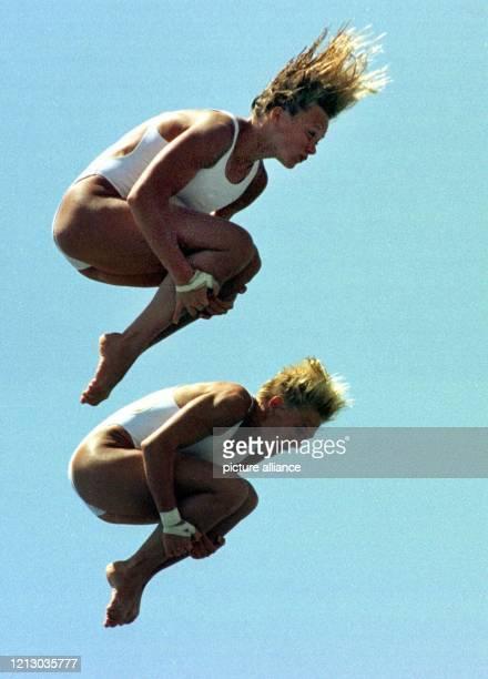 Die Wasserspringerinnen Ute Wetzig aus Leipzig und Anke Piper aus Berlin zeigen am 1981997 im San PabloPool in Sevilla einen Synchronsprung Bei den...