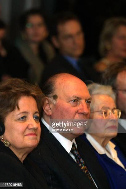 Die Welt Welt - Literatur - Preis 2001 Imre Kertesz mit Frau und Frau von Willy Haas