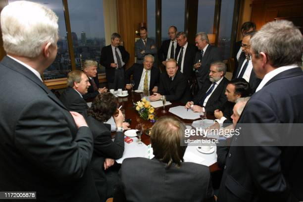 Die Welt Wirtschaftsforum fuer den Mittelstand ein Vertrag wird ausgehandelt die Vertreter des deutschen Mittelstandes stehen um einen Tisch im Club...