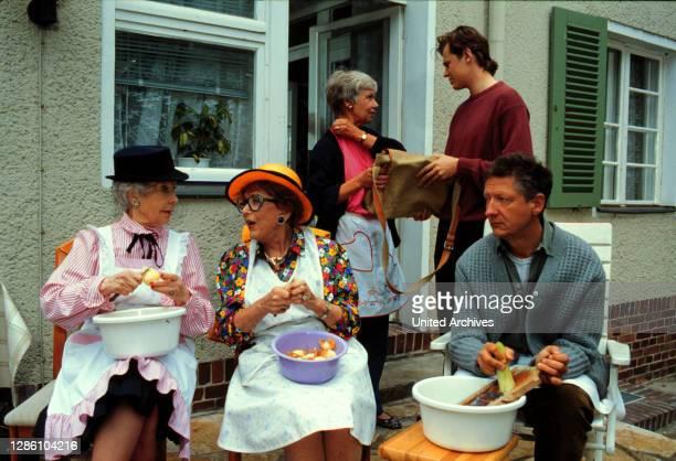 Die Wicherts von nebenan / Folge: Die diebische Elster / KARIN HARDT, EDITH SCHOLLWER, MARIA SEBALDT, HENDRIK MARTZ, SIEGFRIED GRÖNIG / D 1988.