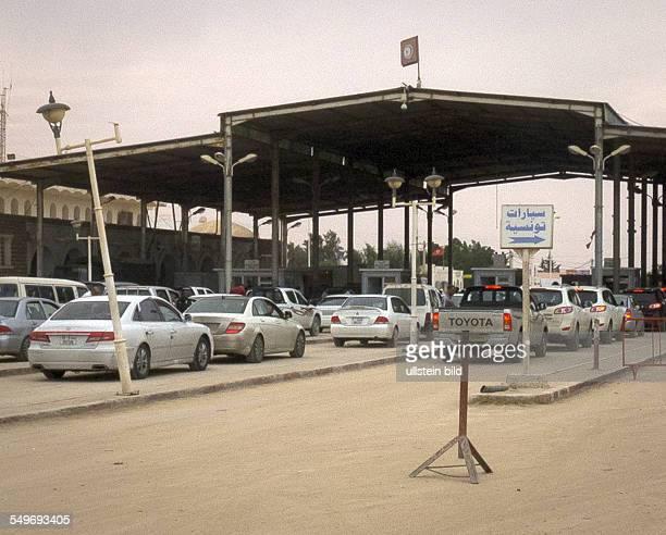 Die Wirtschaft in Libyen ist zusammengebrochen Hunderte meist wohlhabende Libyer fahren jeden Tag über die Grenze nach Tunesien um dort einzukaufen