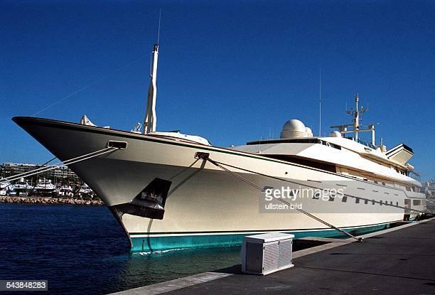 Die Yacht Kingdom mit Heimathafen Jeddah in SaudiArabien liegt im Hafen von Cannes Das LuxusPassagierschiff der saudischen Königsfamilie Fahd hat an...