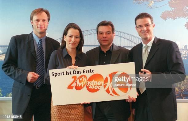 Die ZDF-Moderatoren Gerhard Delling, Anne Will, Waldemar Hartmann und Michael Antwerpes stehen bei der Pressekonferenz am 28.7.2000 in Hamburg vor...