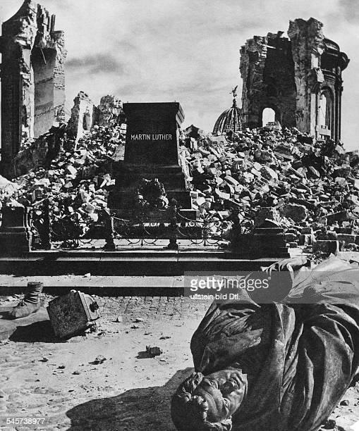 Die zerstörte Frauenkirche und dasumgestürzte Luther Denkmal 50er Jahre
