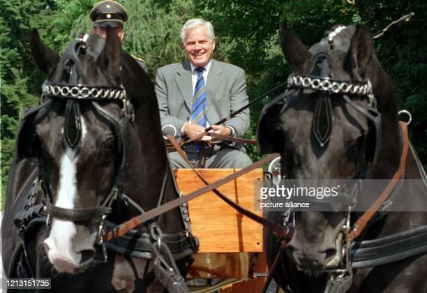 Die Zügel fest in der Hand hält der niedersächsische Ministerpräsident Gerhard Glogowski , als er beim Besuch des niedersächsischen Landgestüts in...