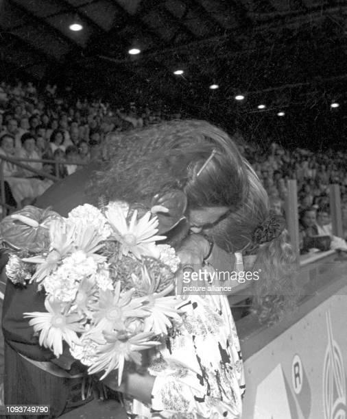 Die zweifache EiskunstlaufOlympiasiegerin Katarina Witt umarmt ihre langjährige Trainerin Jutta Müller am im Eissportstadion von KarlMarxStadt Witt...