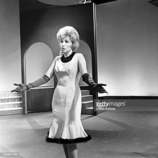 """Die zweite Folge der Musiksendung """"Musik aus Studio B"""" mit der Schlagersängerin Bibi Johns, Deutschland 1960er Jahre."""