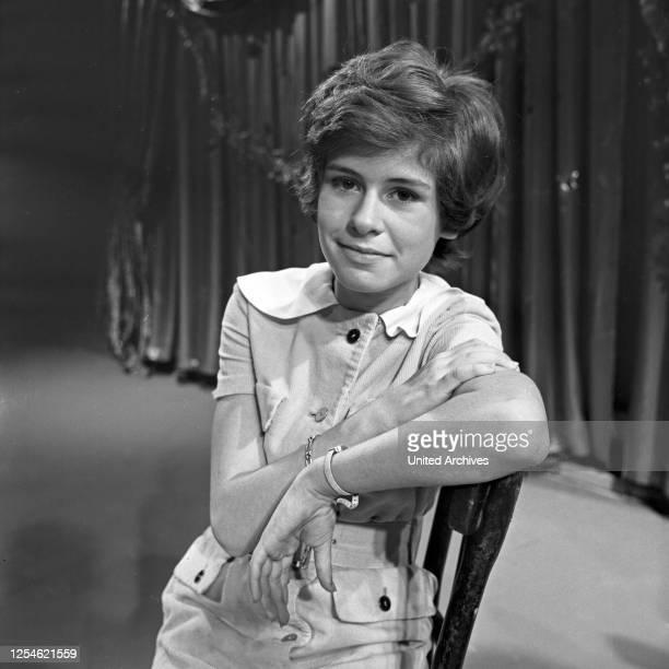 """Die zweite Folge der Musiksendung """"Musik aus Studio B"""" mit der Schlagersängerin Mary Roos, Deutschland 1960er Jahre."""