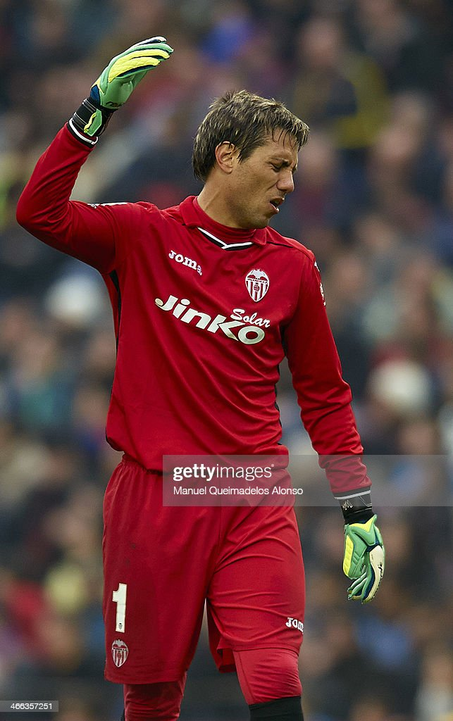Diego Alves of Valencia CF reacts during the La Liga match between FC Barcelona and Valencia CF at Camp Nou on February 1, 2014 in Barcelona, Spain.