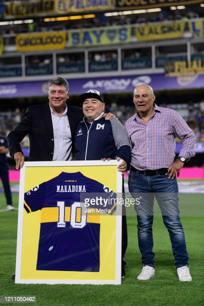 Diego Armando Maradona head Coach of Gimnasia y Esgrima poses with Miguel Brindisi and Hugo Perotti during a tribute prior to a match between Boca...