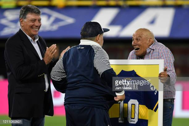 Diego Armando Maradona Head Coach of Gimnasia y Esgrima poses with Miguel Brindisi and Hugo Perotti during tribute prior a match between Boca Juniors...