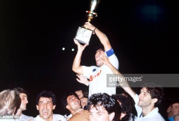 Diego Armando MARADONA levant la coupe d Italie Atalanta / Naples Coupe d Italie