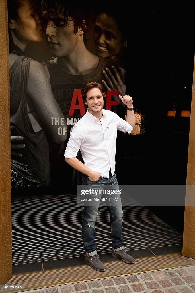 Diego Boneta Stops By The Abercrombie & Fitch Store At The Grove In Los Angeles : Fotografia de notícias