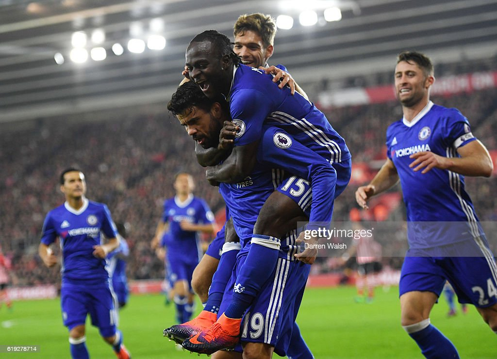 Diego Costa of Chelsea (C) celebrates scoring his sides second goal with Victor Moses of Chelsea (CR) and his Chelsea team mates during the Premier League match between Southampton and Chelsea at St Mary's Stadium on October 30, 2016 in Southampton, England.