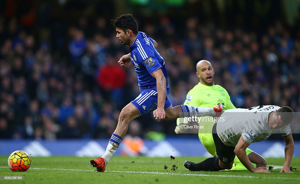Diego Costa (L) of Chelsea rounds Tim Howard (C) and Phil Jagielka (R) of Everton to score his team's first goal during the Barclays Premier League match between Chelsea and Everton at Stamford Bridge on January 16, 2016 in London, England.
