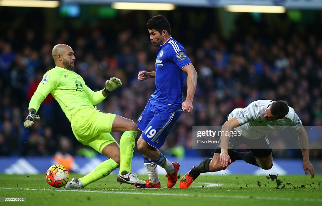 Diego Costa (C) of Chelsea rounds Tim Howard (L) and Phil Jagielka (R) of Everton to score his team's first goal during the Barclays Premier League match between Chelsea and Everton at Stamford Bridge on January 16, 2016 in London, England.