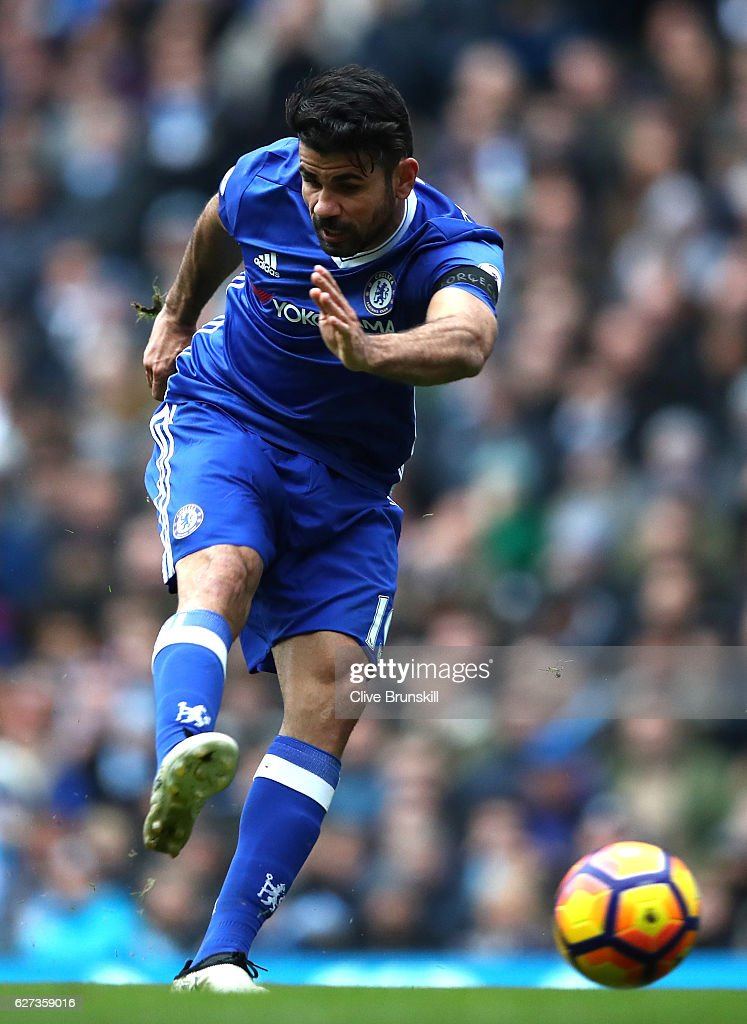 Diego Costa of Chelsea scores his team's first goal during the Premier League match between Manchester City and Chelsea at Etihad Stadium on December 3, 2016 in Manchester, England.