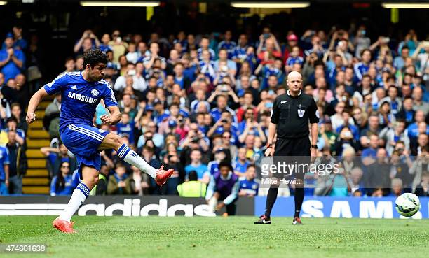 Diego Costa of Chelsea scores his team's first goal from the penalty spot during the Barclays Premier League match between Chelsea and Sunderland at...