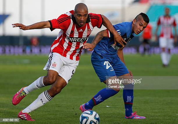 Diego Daniel Vera of Estudiantes and Lucas Romero of Velez Sarsfield vie for the ball during a match between Estudiantes and Velez Sarsfield as part...