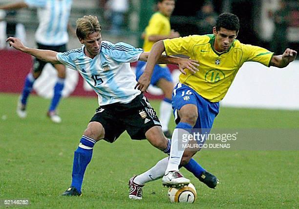 Diego de Zouza de la seleccion de Brasil intenta eludir la marca de Lucas Biglia de Argentina durante el ultimo partido por el campeonato...