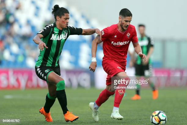 Diego Falcinelli of ACF Fiorentina battles for the ball with Mauricio Lemos of US Sassuolo during the serie A match between US Sassuolo and ACF...