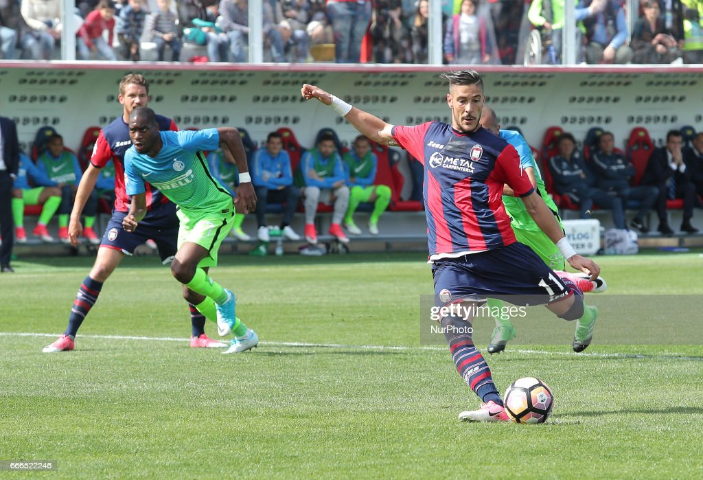 Diego Falcinelli of Crotone scores a goal with penalty during the Serie A match between FC Crotone and FC Internazionale at Stadio Comunale Ezio Scida on April 9, 2017 in Crotone, Italy.7