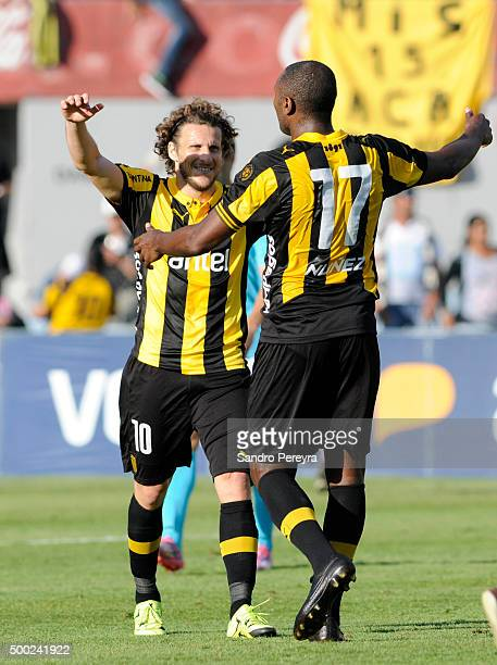 Diego Forlan and Marcelo Zalayeta of Pe–narol celebrate their victory after a match between Penarol and Juventud as part of Torneo Apertura 2015 at...