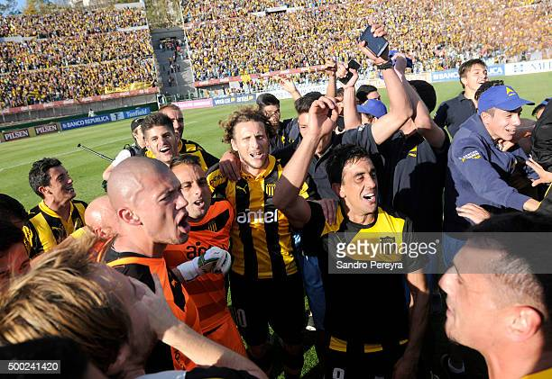 Diego Forlan of Peñarol celebrates with his teammates after winning a final match between Penarol and Juventud as part of Torneo Apertura 2015 at...