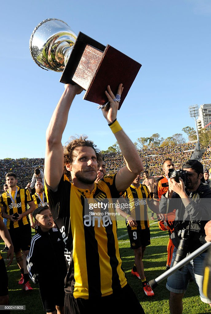 Diego Forlan of Pen–arol raises the trophy after winning a final match between Penarol and Juventud as part of Torneo Apertura 2015 at Centenario Stadium on December 06, 2015 in Montevideo, Uruguay.