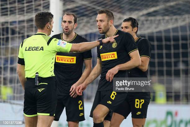Diego Godin and Stefan De Vrij of FC Internazionale argues with the referee Gianluca Rocchi during the Serie A match between SS Lazio and FC...