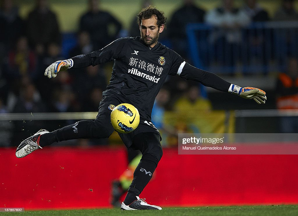 Diego Lopez of Villarreal in action during the la Liga match between Villarreal and Barcelona at El Madrigal on January 28, 2012 in Villarreal, Spain.