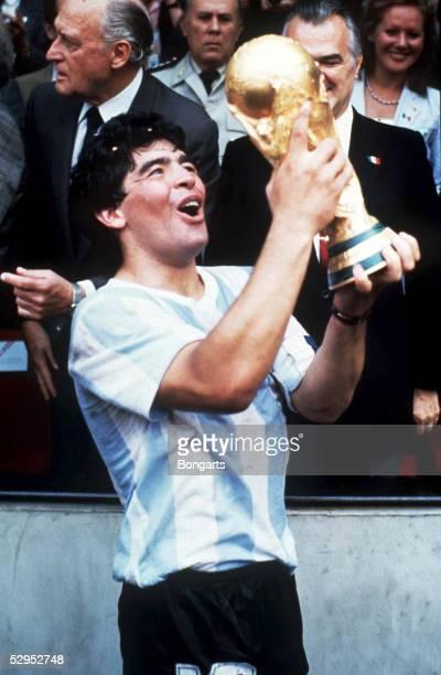 WM 1986 Diego MARADONA mit Pokal FOTO