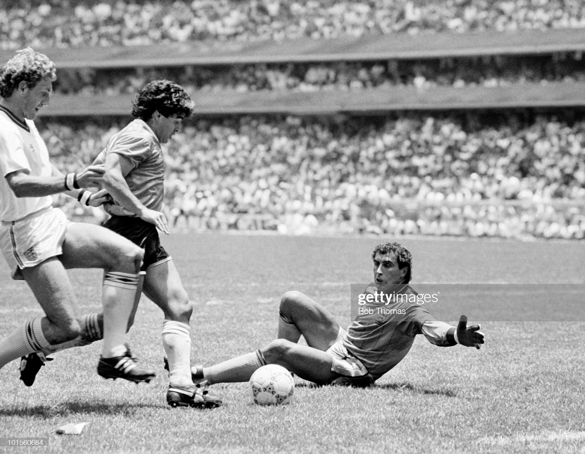 FOTOS HISTORICAS O CHULAS  DE FUTBOL - Página 17 Diego-maradona-of-argentina-takes-on-terry-butcher-and-goalkeeper-picture-id101560684?s=2048x2048