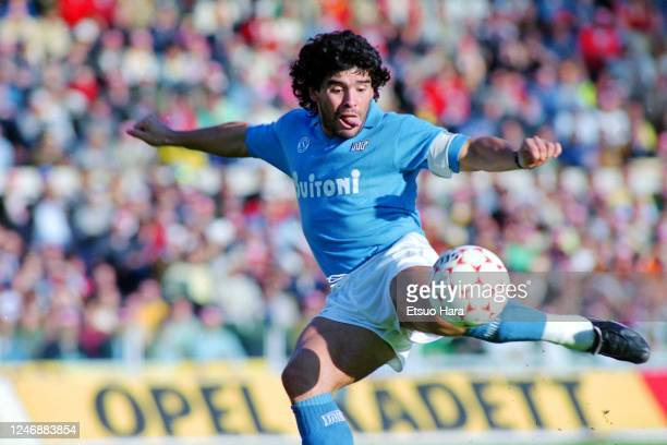 Diego Maradona of Napoli scores the opening goal during the Serie A match between AS Roma and Napoli at the Stadio Olympico on October 26, 1986 in...