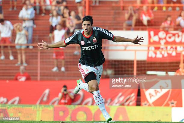 Diego Mendoza of Estudiantes celebrates after scoring the first goal of his team from the penalty spot during a match between Argentinos Juniors and...