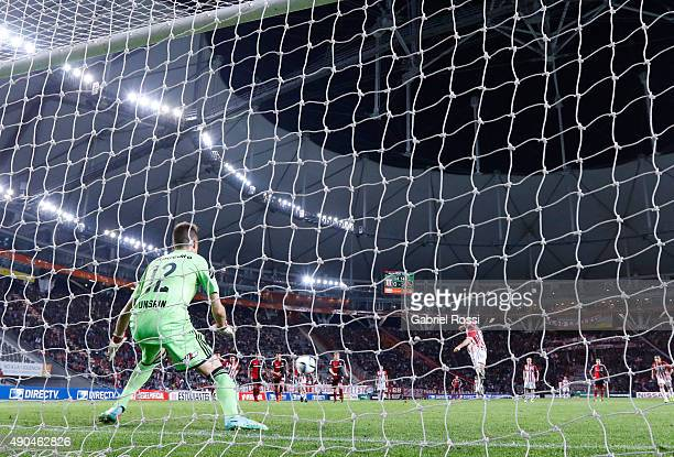 Diego Mendoza of Estudiantes kicks from the penalty spot against Luis Unsain goalkeeper of Newell's Old Boys during a match between Estudiantes and...
