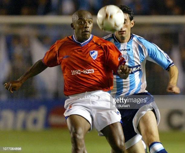 Diego Milito de Racing disputa la pelota con Oscar Morales de Nacional en Buenos Aires el 09 de abril de 2003 en partido de primera fase del Grupo 6...