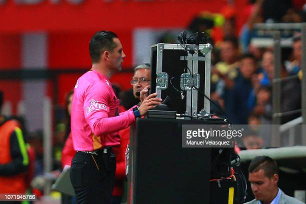 Diego Montaño central referee reviews the VAR during the 17th round match between America vs Veracruz as part of the Torneo Apertura 2018 Liga MX at...