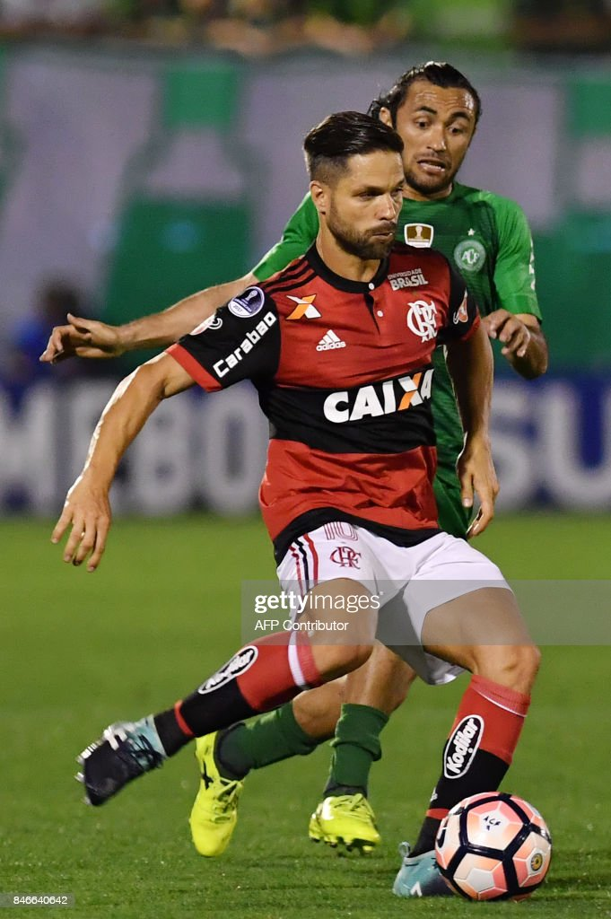 Diego (L) of Brazil's Flamengo vies for the ball with Apodi (R) of Brazils Chapecoense during their 2017 Copa Sudamericana football match held at Arena Conda stadium, in Chapeco, Brazil on September 13, 2017. /