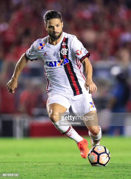 Diego of Flamengo drives the ball during the first leg of the Copa Sudamericana 2017 final between Independiente and Flamengo at Estadio Libertadores...