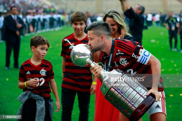 Diego of Flamengo kisses the trophy after winning the final match of Copa CONMEBOL Libertadores 2019 between Flamengo and River Plate at Estadio...